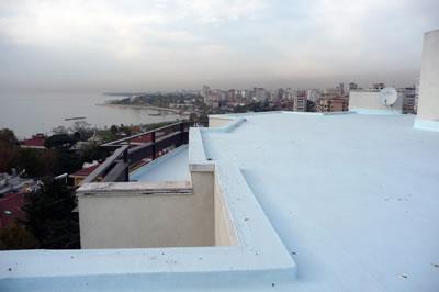 <p><strong>14. </strong>Kaplancalı  Apartmanı terası<br />  Fotoğraf: B. S. Coşkun, 15.11.2010.</p>