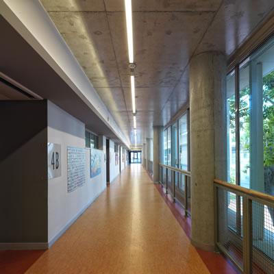 <p><strong>14.</strong> Sınıfların açıldığı, bahçeye bakan koridor<br />  Fotoğraf:  Cemal Emden</p>