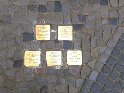 <p><strong>14.</strong> Soykırıma uğrayan Yahudiler için hafıza taşları </p>
