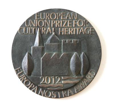 """1. Avrupa Komisyonu, Europa Nostra Kültürel Mirasın Korunması Ödülü, 2012 Yılında """"Koruma"""" Dalında Verilen Ödülün Bronz Plaketi (© Pedro Melim / Europa Nostra)"""