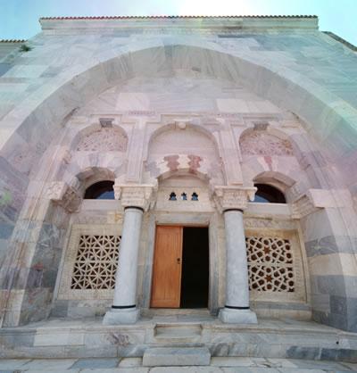 14. Caminin ana girişi.