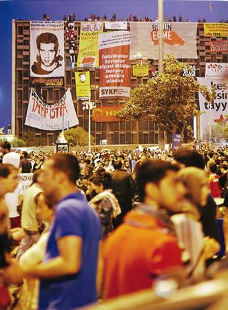 <p><strong>15.</strong> Direnişçilerin yeniden yorumladığı  adeta bir tiyatro dekoruna dönen Taksim Meydanı ve isyanın hem referanslarından  hem de öznelerinden biri AKM<br />(Kaynak: Çakmak, 2013)</p>