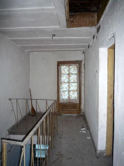 <p><strong>15.</strong> İki Kat+Çatı Katlı Sıra Evler,  merdiven holü, 2009</p>