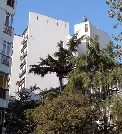 <p><strong>15. </strong>Kaplancalı  Apartmanı sağır cephesi<br />  Fotoğraf: B. S. Coşkun, 15.11.2010.</p>