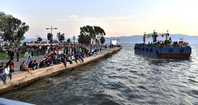 <p><strong>15.</strong> İzmir Büyükşehir Belediyesince  düzenlenen Gün Batımı Konseri<br />   Kaynak:  İBB Basın Fotoları</p>