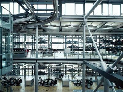 <p><strong>15.</strong> Volkswagen Şeffaf  Fabrikasının iki katlı montaj bölümünden bir görüntü Fotoğraf: H. G. Esch<br />   Kaynak: www.e-architect.co.uk/dresden/glaeserne-manufaktur  [Erişim: 30.07.2019]</p>