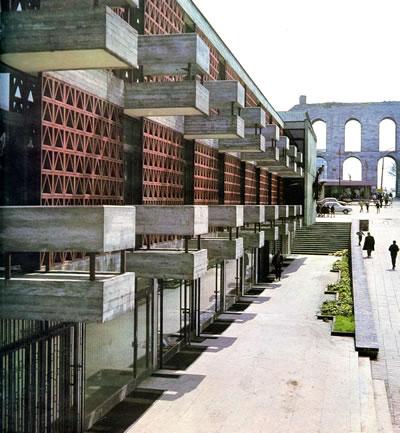 <p><strong>15a. </strong>Behruz  Çinici nin önerisiyle cephede insan ölçeğini yakalamak amacıyla yerleştirilmiş  balkonlardan görünümler.<br />  Kaynak: <strong>İstanbul Manifaturacılar ve Kumaşçılar Çarşısı</strong>, 1968</p>