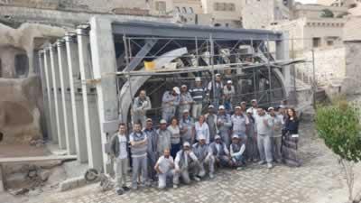 <p><strong>16.</strong> Uygulama sırasında Müze-Salonun yol  cephesi önünde proje ekibi ve ustalar<br />   Kaynak: Argos Yapı arşivi</p>