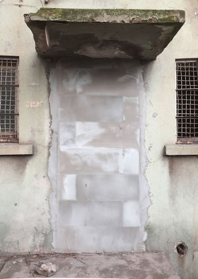 <p><strong>16.</strong> Kilerin arka  cephedeki giriş kapısı, gazbeton bloklarla güvenlik nedeniyle örülmüştür.</p>