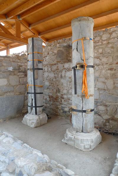 16. Caminin giriş cephesindeki deprem ve dengesiz yük dağılımı nedeni ile çatlayan ve yarılan revak sütunları onarılarak alanda sergilenmektedir (© Nezih Başgelen)