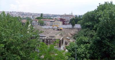 <p><strong>17.</strong> Otel inşaatından önce alanın görünümü, kepçeyle kazı  yapılmaktadır, 05.06.2013. </p>