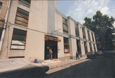 <p><strong>17. </strong>Kadife Sokaktan fotoğraf, 1996 öncesi. &ldquo;Reks  düğün salonu&quot; olarak faaliyette olan mekân, 2000 lerin başında bara  dönüştürülüyor.<br />   Kaynak:  Viron Anas</p>