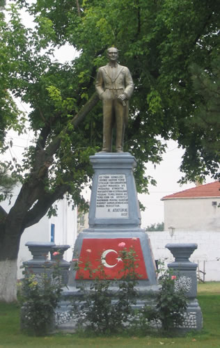 <p><strong>17.</strong> Kırklareli İnece Nahiyesi'nde 1937 yılında köy parkına dikilen Atatürk anıtı,  2005</p>