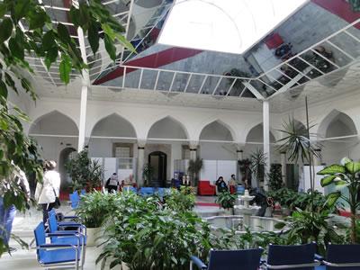 1. Özel bir sağlık merkezi olarak kullanılan Üsküdar Mihrimah Sultan Medresesi'nin avlusu. (Fotoğraf: Zeynep Ahunbay)