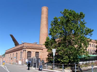 <p><em>Resim 17a. Venedik Üniversitesi  Mimarlık Fakültesi olarak kullanılan eski pamuk fabrikası, </em>Fotolar: Şeyda Güngör  Açıkgöz, 2012.</p>