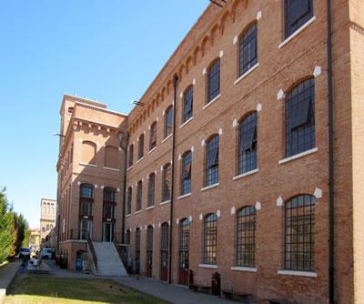 <p><em>Resim 17b. Venedik Üniversitesi  Mimarlık Fakültesi olarak kullanılan eski pamuk fabrikası, </em>Fotolar: Şeyda Güngör  Açıkgöz, 2012.</p>