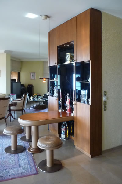 <p><strong>18. </strong>Kaplancalı  Apartmanı iç mekânı günümüz kullanımı, sabit mobilya<br />  Fotoğraf: B. S. Coşkun, 15.11.2010.</p>