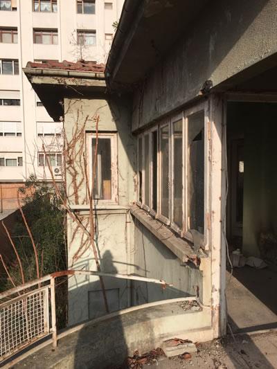 <p><strong>18. </strong>Birinci kat  balkonu, sökülmüş olan metal parmaklıklar<strong></strong></p>