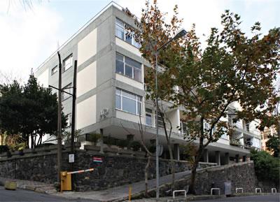 """<p><strong>18b.</strong> Ar Apartmanı, Beşiktaş-İstanbul, 1960.<br /> Fotoğraflar: Ötkünç, Arbil, 2010, """"Le Corbusier nin  'Mimarlar için Üç Anımsatması ve Maruf Önalın Ar Apartmanı"""", Mimarlık,  sayı:376.</p>"""