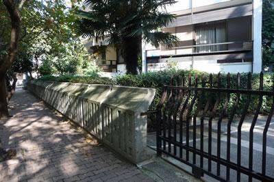 <p><strong>19. </strong>Kaplancalı  Apartmanı özgün bahçe duvarı ve yeni metal duvarı<br />  Fotoğraf: B. S. Coşkun, 15.11.2010.</p>