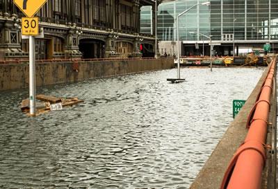 <p><strong>1a.</strong> İklim değişikliğine bağlı aşırı yağışlar ve ani taşkın olayları, gelişmiş  ve gelişmekte olan ülke kentlerinin ortak sorunu haline geldi. Birinci  fotoğraf, ABD'nin en büyük kenti New York ta, ikincisi ise Bangladeş in  başkenti Dakka da yaşanan ani taşkınlara ait.<br />   Kaynak: New York - Patrick McFall, filckr.com; Dakka – Amio James  Ascension, flickr.com</p>