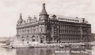 <p><strong>1a. </strong>1872 yılında açılan Haydarpaşa Garından bir kare<br />Kaynak: http://www.eskiistanbul.net/1696/haydarpasa-gari