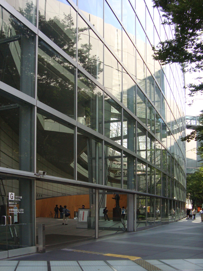 <p>Görme engellilerin, binaya erişmesi  ve bina içinde sürekli erişilebilirliğinin sağlanabilmesi için yapılan zemin  kaplamaları, Tokyo International Forum, Japonya.</p>