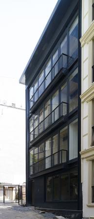 <p><strong>1.</strong> NoXX Apartmanı  Sokak Cephesi<br />  Fotoğraf:  Cemal Emden</p>