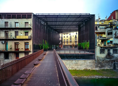 <p><strong>1a. </strong>La Lira Tiyetrosu Kamusal  Açık Alanı, 2011, Ripoll, Girona, İspanya - J. Puigcorbé ortaklığıyla<br />Fotoğraf: Hisao Suzuki</p>
