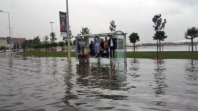 <p><strong>1a.</strong> İstanbuldan  birkaç kare, metro dahil tüm toplu taşıma sistemleri şiddetli yağış nedeniyle  durdu.</p>