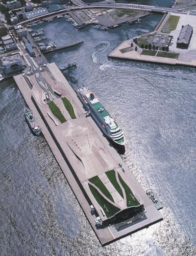 <p><strong>1a.</strong> Yokohama Uluslararası Liman Projesi,  Foreign Office Architects, Japonya, 1995-2000. Yakındaki parkın devamında yer  alan açık bir kamusal mekân olarak tasarlanan Yokohama Uluslararası Liman  projesi, sirkülasyon diyagramına bağlı olarak farklı kotlar ve iç-dış arasında  hareketin sürekliliğini sağlayacak şekilde bir topoloji oluşturmuştur.<br />   Kaynak:  farshidmoussavi.com</p>