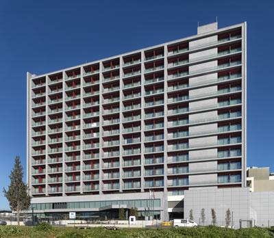 <p><strong>1a.</strong> Hyatt House, Gebze, Mimarı: Cem  Sorguç<br />   Fotoğraf: Cemal Emden</p>