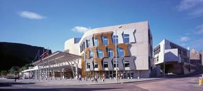 <p><strong>1a.</strong> İskoçya Ulusal Parlemento Binası.  Mimar: Enric Miralles, Edinburgh, Birleşik Krallık.<br />Kaynak: www.archilovers.com