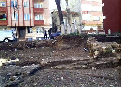 <p><strong>1b.</strong> İstanbul Fatih'teki Altıpoğaça Mescidi'nin kalıntılarını  gösteren vaziyet planı ve fotoğraf Kaynak: <strong>Tarihi  Çevre Koruma Müdürlüğü Projeleri 2004-2013</strong>, s.85 ve 90</p>