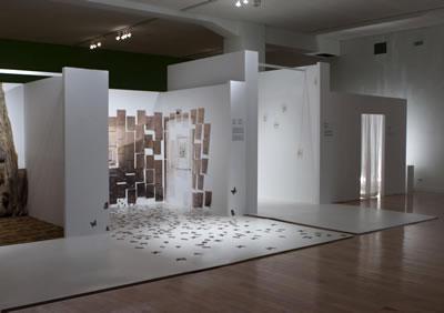 <p><strong>1b.</strong> Son  dönemdeki Etik-Estetik-Tasarım temalı sergilere önde gelen bir örnek olarak  Benaki Müzesi&rsquo;nde Aris Zambikos ve Lina  Stergiou&rsquo;nun düzenlediği Sergi, Atina, 8.06-31.07.2011 <br />Kaynak: www.archello.com/en/project/aao-ethicsaesthetics-exhibition-design-benaki-museum# [Erişim: 17.06.2015]