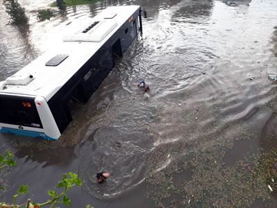 <p><strong>1b.</strong> İstanbuldan  birkaç kare, metro dahil tüm toplu taşıma sistemleri şiddetli yağış nedeniyle  durdu.</p>