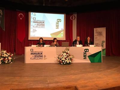 <p><strong>1b.</strong> &ldquo;Türkiye Mimarlık  ve Eğitim Politikaları&rdquo; temasıyla gerçekleştirilen 9. Mimarlık ve Eğitim  Kurultayı afişi ve oturumdan bir kare</p>