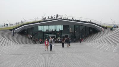<p><strong>1b.</strong> Yokohama Uluslararası Liman Projesi,  Foreign Office Architects, Japonya, 1995-2000. Yakındaki parkın devamında yer  alan açık bir kamusal mekân olarak tasarlanan Yokohama Uluslararası Liman  projesi, sirkülasyon diyagramına bağlı olarak farklı kotlar ve iç-dış arasında  hareketin sürekliliğini sağlayacak şekilde bir topoloji oluşturmuştur.<br />   Kaynak:  farshidmoussavi.com</p>