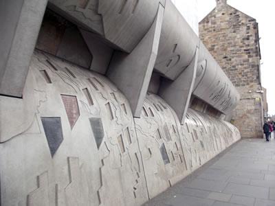 <p><strong>1b.</strong> İskoçya Ulusal Parlemento Binası.  Mimar: Enric Miralles, Edinburgh, Birleşik Krallık.<br />  Fotoğraf: Bernard Kennedy</p>