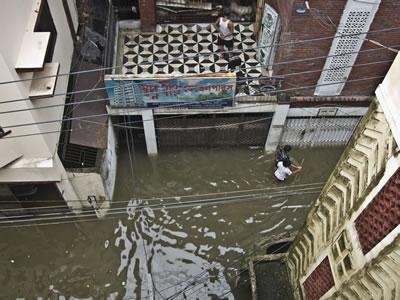 <p><strong>1b.</strong> İklim değişikliğine bağlı aşırı yağışlar ve ani taşkın olayları, gelişmiş  ve gelişmekte olan ülke kentlerinin ortak sorunu haline geldi. Birinci  fotoğraf, ABD'nin en büyük kenti New York ta, ikincisi ise Bangladeş in  başkenti Dakka da yaşanan ani taşkınlara ait.<br />   Kaynak: New York - Patrick McFall, filckr.com; Dakka – Amio James  Ascension, flickr.com</p>