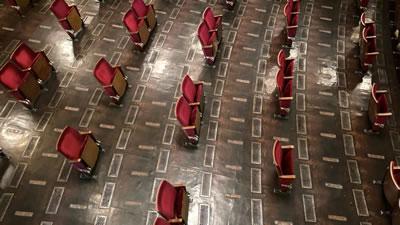 <p><strong>1c.</strong>Kamusal  alanların terk edilişi ve bireyselleşme<br />Kaynak: https://www.dezeen.com/2020/06/04/berliner-ensemble-socially-distanced-theatre/