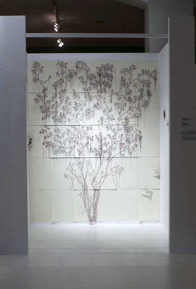 <p><strong>1c.</strong> Son  dönemdeki Etik-Estetik-Tasarım temalı sergilere önde gelen bir örnek olarak  Benaki Müzesi&rsquo;nde Aris Zambikos ve Lina  Stergiou&rsquo;nun düzenlediği Sergi, Atina, 8.06-31.07.2011 <br />Kaynak: www.archello.com/en/project/aao-ethicsaesthetics-exhibition-design-benaki-museum# [Erişim: 17.06.2015]