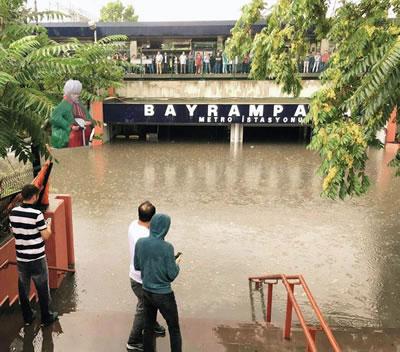 <p><strong>1c.</strong> İstanbuldan  birkaç kare, metro dahil tüm toplu taşıma sistemleri şiddetli yağış nedeniyle  durdu.</p>
