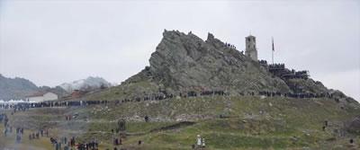 <p><strong>2.</strong> Sivrihisar Sucuk  Festivali esnasında Saat Kulesi ve çevresi<br />Kaynak: https://www.cnnturk.com/yasam/eskisehirdeki-festivalde-5-ton-sucuk-2-saatte-tuketildi