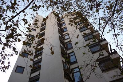 <p><strong>20. </strong>Kaplancalı  Apartmanı yan cephe<br />  Fotoğraf: B. S. Coşkun, 15.11.2010.</p>