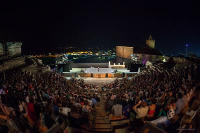 <p><strong>20. </strong>Medellín Roma  Tiyatrosunun 2011 Mérida Klasik Tiyatro Festivali sırasında gösteri  kullanımına açılışı.<br />   Kaynak:  Asociación Histórica Metellinense [AHM], Fotoğraf: Jero Morales (Dirección  General de Patrimonio del Gobierno de Extremadura. España)</p>