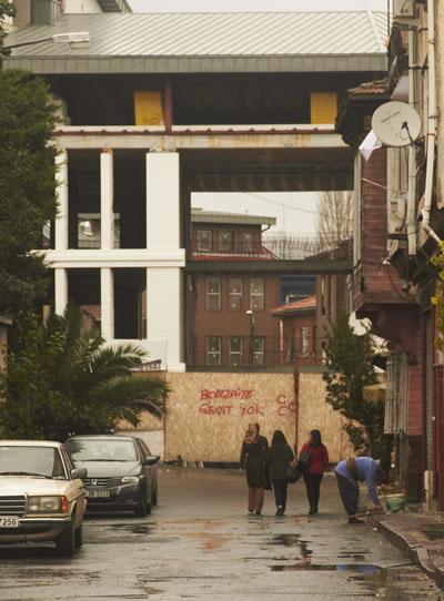 <p><strong>21.</strong> 2869 adada, birleştirilen 14-21 arası parsellerin  üzerinde yer alan otel inşaatı. Mustafa Paşa Bostanı Sokak&rsquo;tan görünüm,  25.11.2014.</p>