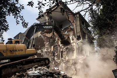 <p><strong>2.</strong> Bir yapının yıkımı  sırasında etrafa salınan toz ve olası asbest lifleri.</p>