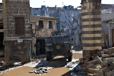 <p><strong>2.</strong> İnsan Hakları savunucusu Av. Tahir  Elçi'nin uğruna öldürüldüğü Dört Ayaklı Minare ve Şeyh Mutahhar Camisi  çevresinin çatışmalar sonrasındaki durumu</p>