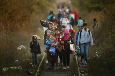 <p><strong>2. </strong>Ülkelerinden kaçan Suriyeliler Sırbistan sınırından geçerken,  2015.</p>